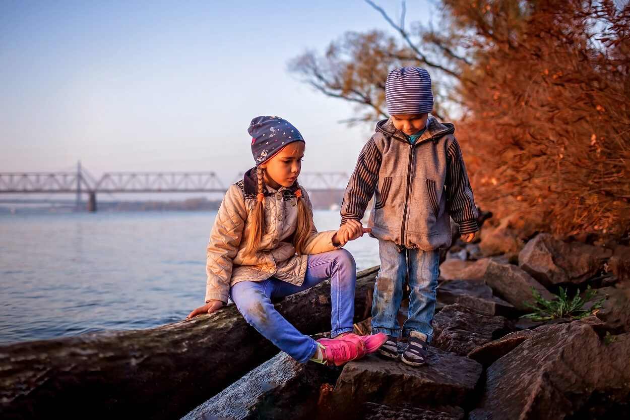 fall-season-hello-autumn-siblings-walking-together-3GC9P9B (1)
