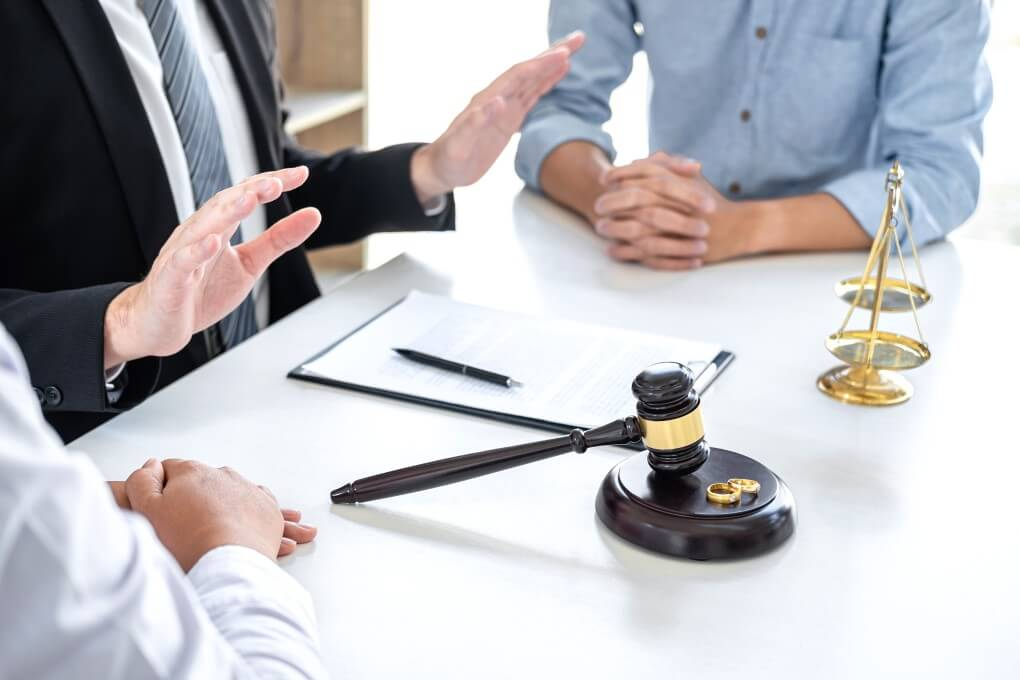 husband-and-wife-during-divorce-process-with-male-lawyer-and-signing-of-divorce-contract_t20_0XkxN2 (1)